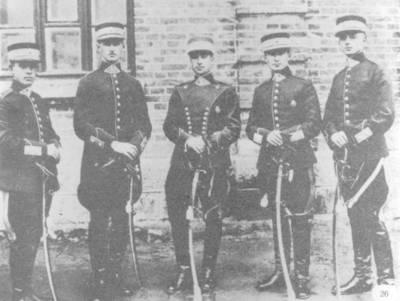 Nežinomas autorius. Karo mokyklos VII laidos karininkai - ulonai su savo instruktoriumi. 1925