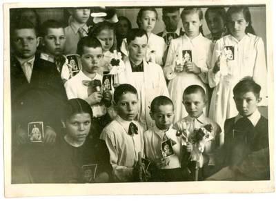 Nežinomas autorius. Lietuvių tremtinių vaikai su kunigu Zigmu Nenciunsku. 1957
