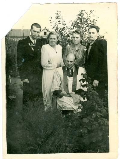 Nežinomas autorius. Kunigas Vincas Pranckietis su lietuviais tremtiniais. 1958
