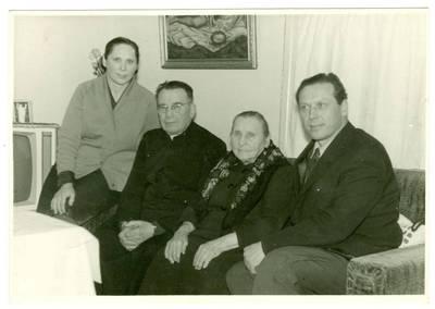 Nežinomas autorius. Kunigas Juozapas Adomaitis su savo artimaisiais Plokščių bažnyčios klebonijoje. 1972-12-17
