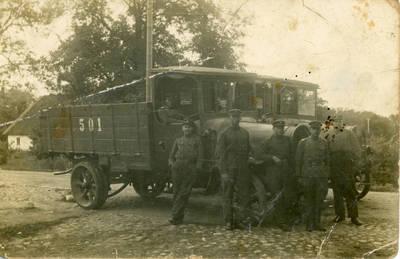 Nežinomas fotografas. Lietuvos kariuomenės autokuopos kariai prie automobilių. 1928-08-17