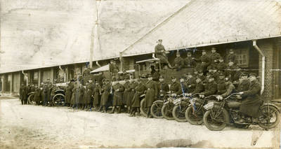 Nežinomas fotografas. Lietuvos kariuomenės autokuopos kariai prie savo technikos. 1928