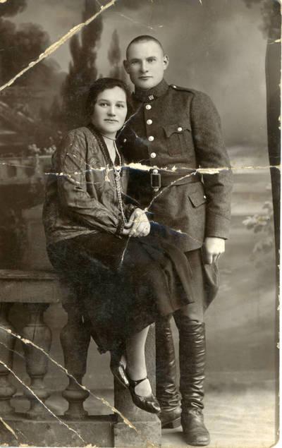 Boleslovas Savsenavičius. Lietuvos kariuomenės autokuopos karys Bolys Sabaitis su seserim Zose Sabaityte. 1927