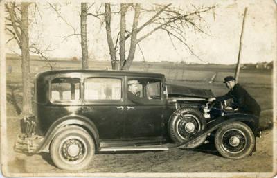 Nežinomas fotografas. Bolys Sabaitis prie Telšių vyskupo automobilio. 1932