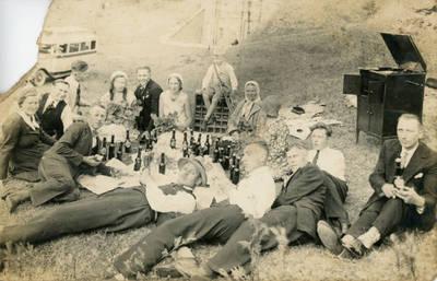 Nežinomas fotografas. Gegužinė Panemunės miške. 1932