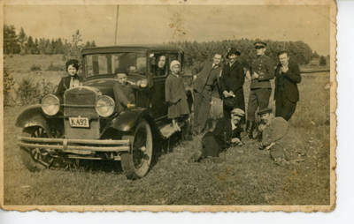 Nežinomas fotografas. Bolys ir Vladislava Sabaičiai su draugais prie automobilio. 1935