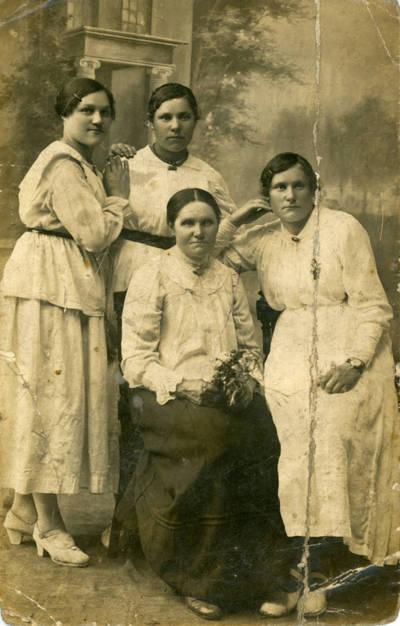 Nežinomas fotografas. Veronika Sabaitienė su dukromis. 1930