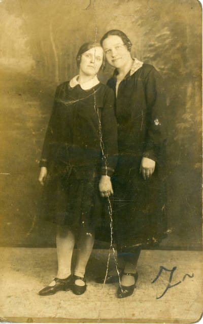 Nežinomas fotografas. Zosė Sabaitytė su drauge. 1930