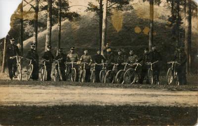 Nežinomas fotografas. Lietuvos karo aviacijos kariai su dviračiais. 1940