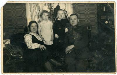 Nežinomas fotografas. Lietuvos karo aviacijos karys Juozas Sabaitis su šeima. 1934-02-02