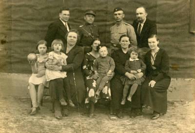 Nežinomas fotografas. Lietuvos karo aviacijos karys Juozas Sabaitis su artimaisiais. 1934