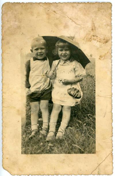 Nežinomas fotografas. Vaikai po skėčiu. 1934-08-19