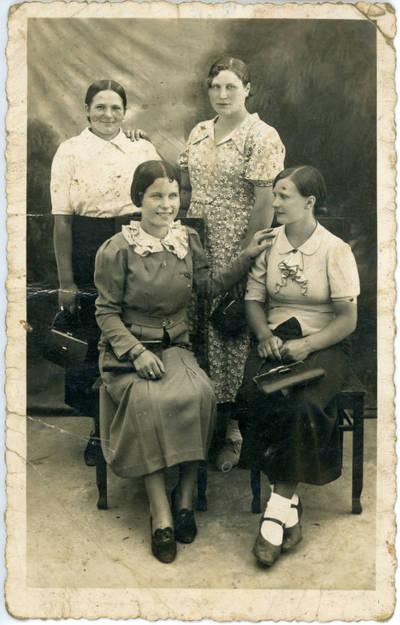 Nežinomas fotografas. Keturių merginų portretas. 1940
