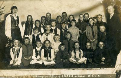 Nežinomas fotografas. Aukštadvario pradinės mokyklos mokiniai su mokytojais. 1932-04-23