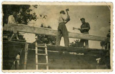 Nežinomas fotografas. Rąstų tašymas. 1940