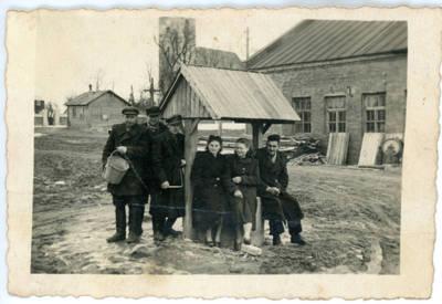 Nežinomas fotografas. Kelmės rajkoopsąjungos darbuotojai. 1955
