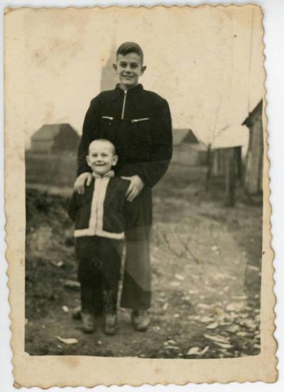 Nežinomas fotografas. Dviejų vaikų portretas. 1956