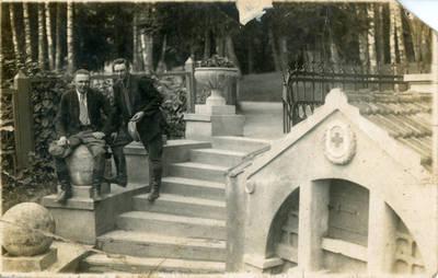 Nežinomas fotografas. Bolys Sabaitis su draugu Birštone. 1940