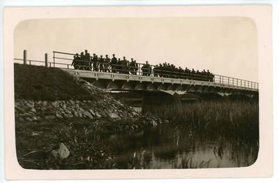 I. Rukas. Šaukėnų šaulių būrys 1931 metais žygiuoja per Slabados tiltą. 1931-10-04