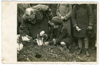 Alfonsas Būtautas. Stasys Pūtvis prie Jurgio Pluščiausko kapo Šaukėnų kapinėse 1939 metais. 1939-03-10