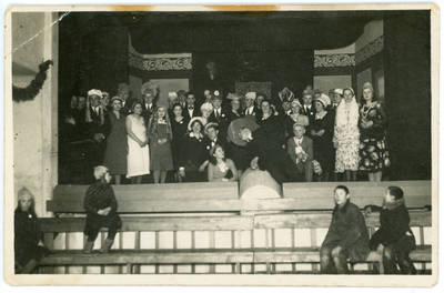 """Lazaris Daninas. Kelmės šauliai po spektaklio """"Sąžinė"""" šaulių namų salėje. 1932"""