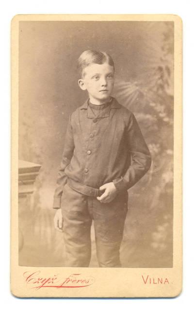 Brolių Čižų fotoateljė. Berniuko portretas. 1900