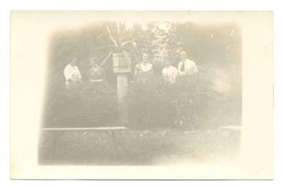 Nežinomas fotografas. Kristina ir Irena Pluščiauskaitės Žalpių dvaro sode su draugais. 1940