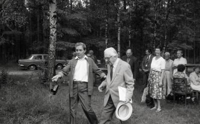 Leonas Stepanauskas ir Viktoras Falkenhanas novelių apie J. Bretkūną skaitymo popietės metu / Bernardas Aleknavičius. - 1984
