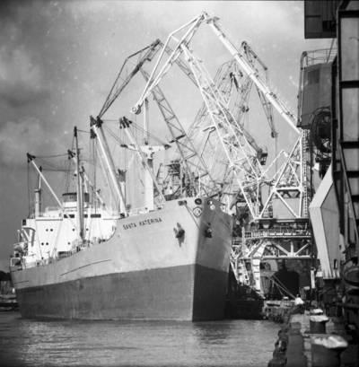 Klaipėdos prekybos uostas. Iš Graikijos laivo Santa Katerina iškraunami grūdai / Bernardas Aleknavičius. - 1976