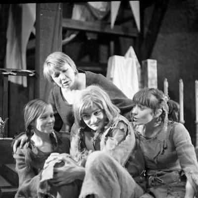 Klaipėdos dramos teatras. Scena iš spektaklio Princas ir elgeta / Bernardas Aleknavičius. - 1977-1978