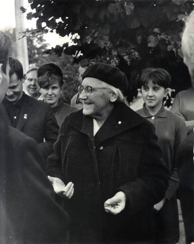 Ieva Simonaitytė Priekulėje. Grupinė nuotrauka / Bernardas Aleknavičius. - 1967