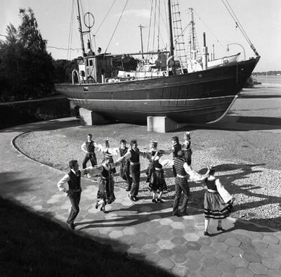 Klaipėdos fakultetai ir meno kolektyvai. Studentų tautinių šokių kolektyvas / Bernardas Aleknavičius. - 1987