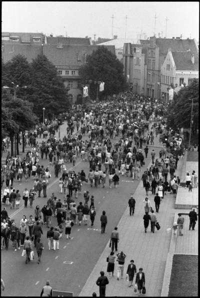 [Klaipėdos senamiesčio ir Biržos tilto panorama Jūros šventės metu] / Audronius Ulozevičius. - 1987