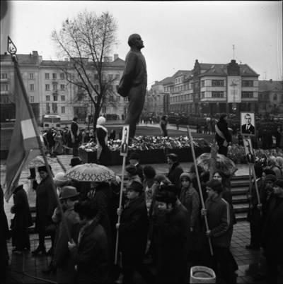 [Lenino paminklo atidarymo dalyvių eisena Lenino (dab. Atgimimo) aikštėje 1976 m. Klaipėda] / Bernardas Aleknavičius. - 1976.XI.4
