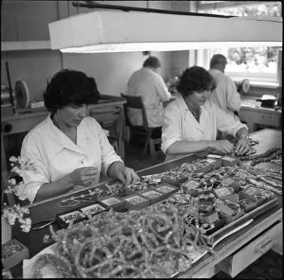 [Gintarinių karolių vėrimas. Gintaro apdirbimo cechas Palangoje] / Audronius Ulozevičius. - 1979