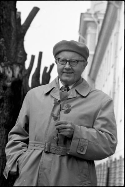 [Botanikas fiziologas Petras Bluzmanas, rankoje laikantis augalo šakelę] / Audronius Ulozevičius. - 1978