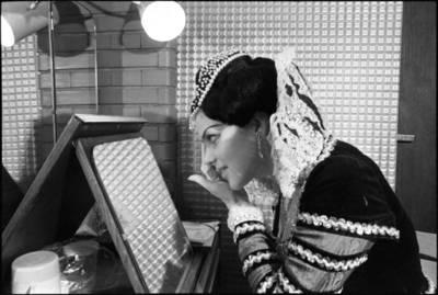 [LTSR Valstybinio akademinio operos ir baleto teatro solistė Aušra Stasiūnaitė, besiruošianti pasirodymui] / Audronius Ulozevičius. - 1982