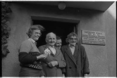 [Prie Ievos Simonaitytės memorialinio muziejaus Priekulėje. Vingio g. 11] / Bernardas Aleknavičius. - 1985