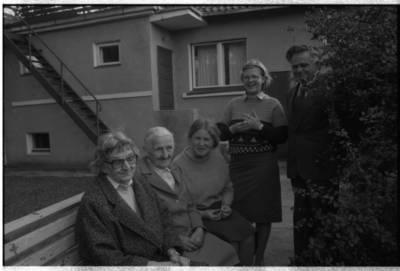[Ievos Simonaitytės memorialinio muziejaus kieme. Vingio g. 11. Priekulė] / Bernardas Aleknavičius. - 1985