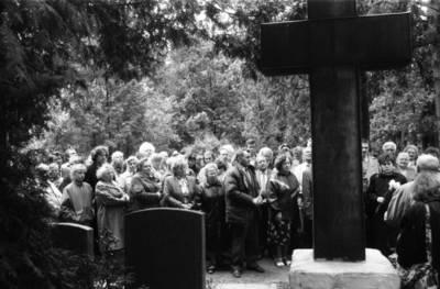 [Ekskursija Vanagų kapinaitėse. Prie paminklo kunigui Kristupui Lokiui] / Bernardas Aleknavičius. - 1990.V.27