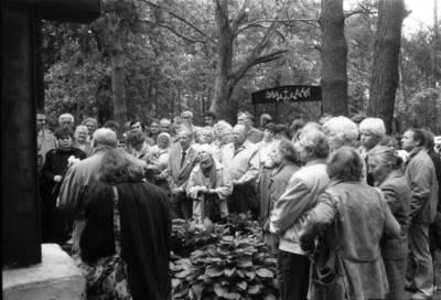 [Ekskursija Vanagų kapinėse. Prie kunigo Kristupo Lokio kapo] / Bernardas Aleknavičius. - 1990.V.27