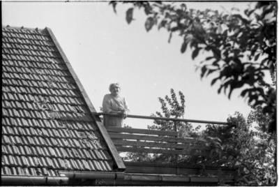 [Rašytoja Ieva Simonaitytė savo vasaros rezidencijos balkone. Vingio g. 11. Priekulė] / Bernardas Aleknavičius. - 1967