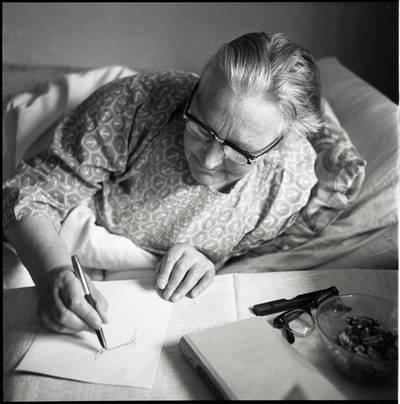 [Rašytoja Ieva Simonaitytė ir jos autografas. Vingio g. 11. Priekulė] / Bernardas Aleknavičius. - 1973.VI.16