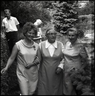 [Fotografo Bernardo Aleknavičiaus žmona Antanina Aleknavičienė, rašytoja Ieva Simonaitytė ir jos pagalbininkė Domutė Rimaitienė. Vingio g. 11. Priekulė] / Bernardas Aleknavičius. - 1973.VII.6