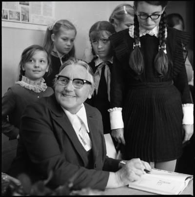[Rašytoja Ieva Simonaitytė, dalijanti autografus. Gargždai] / Bernardas Aleknavičius. - 1974.IX.21