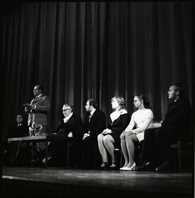 [Rašytoja Ieva Simonaitytė literatų susitikime Gargžduose] / Bernardas Aleknavičius. - 1974.IX.21