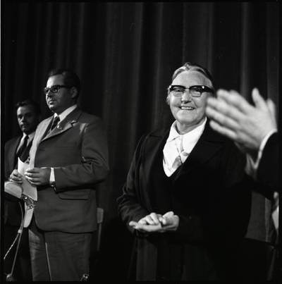 [Rašytoja Ieva Simonaitytė literatų susitikimo metu. Gargždai] / Bernardas Aleknavičius. - 1974.IX.21