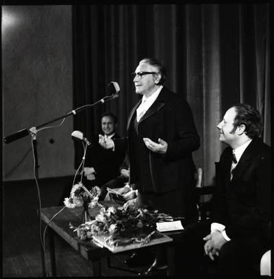 [Rašytoja Ieva Simonaitytė sako kalbą literatų susitikime. Gargždai] / Bernardas Aleknavičius. - 1974.IX.21