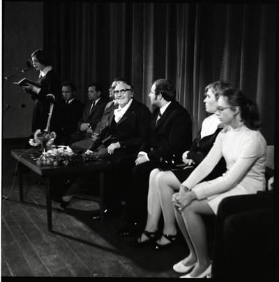[Rašytoja Ieva Simonaitytė literatų susitikime. Gargždai] / Bernardas Aleknavičius. - 1974.IX.21