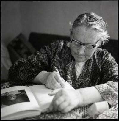 [Rašytoja Ieva Simonaitytė rašymo procese. Švyturio g. 22-12. Vilnius] / Bernardas Aleknavičius. - 1974.IX.24